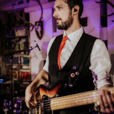 Ben Bassist von 9to5 bei einem Konzert in Aktion